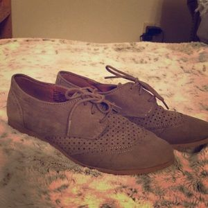 Adorable Oxford lace up flats!! Size 9.